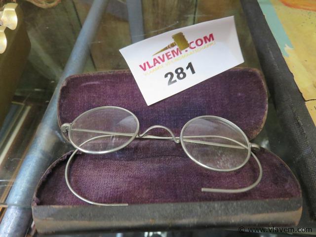 Antieke bril in metalen houder