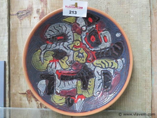 Bord uit keramiek, gesigneerd en gedateerd, 31cm