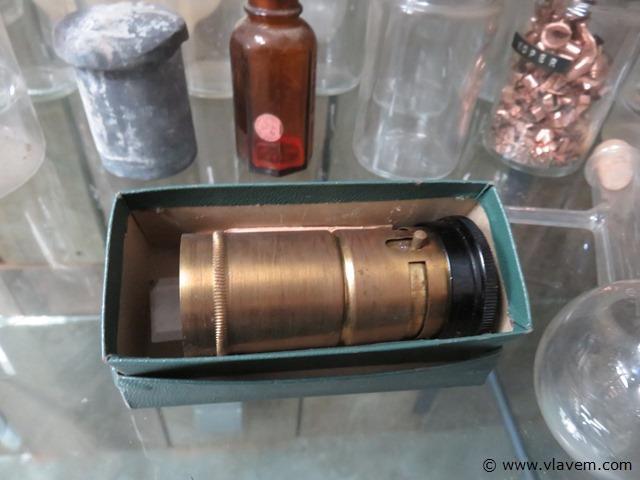 Vintage labomateriaal, flessen en potjes en mini-microscoop, +- 34 stuks