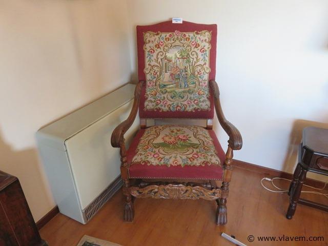 Antieke kasteelstoel met borduurwerk