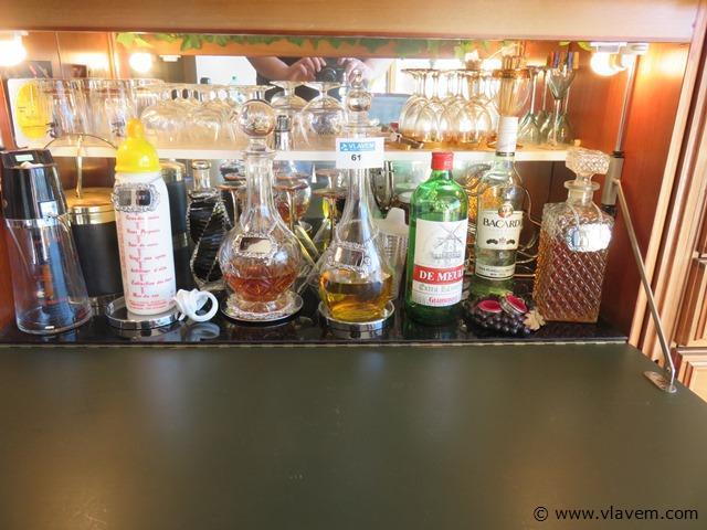 Lot diverse karaffen en glazen in de barkast