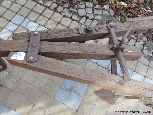 Antieke ploeg, hout en smeedijzer