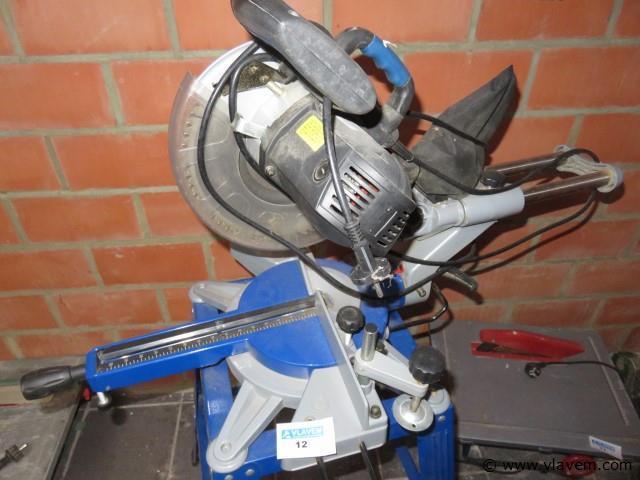 Zaagmachine Powerplus op standaard