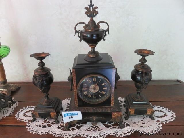 Antieke klok met zijstukken (living)