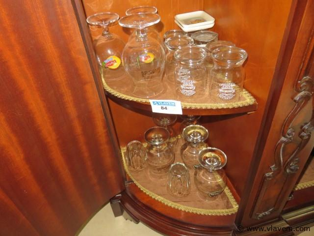 Sterke dranken en glazen in de kast (living)