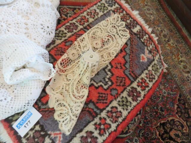 Lot kanten onderleggers, bedsprei en tapijjtjes (living salontafel)