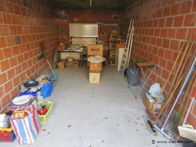 Inhoud garage, oa. Kerstmateriaal, kasten, potten, werkmateriaal, kasten enz….