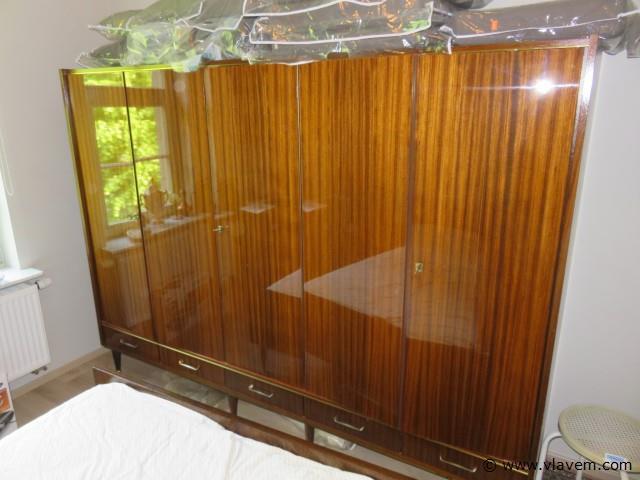 Vintage bed 140x200cm, rug 205cm, 2 nachtkastjes en kleerkast 60x240x185cm
