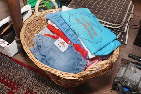 Kinderkleding in rieten mand