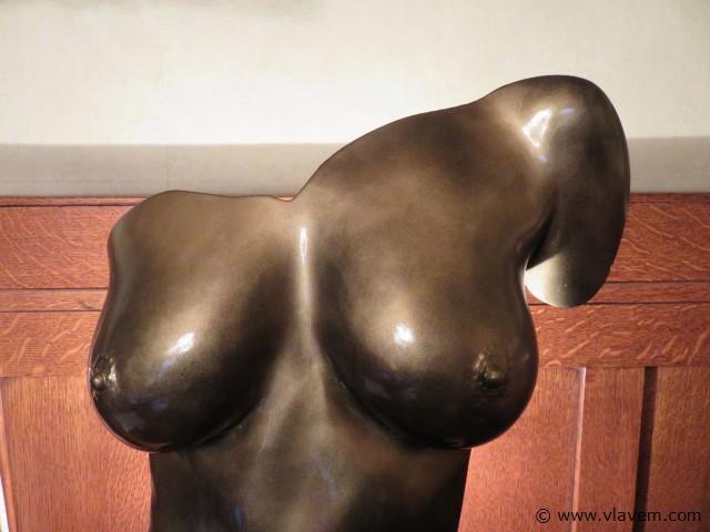 Beeld vrouwelijke torso met verlichting, gesigneerd, 55cm (salon)