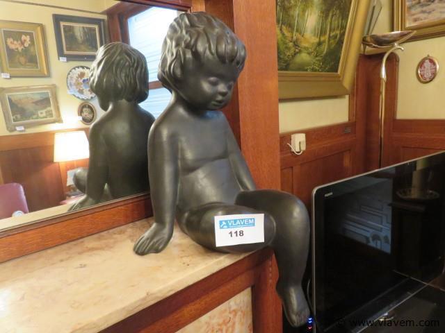 Terracotta beeld zittend kind 50cm (salon)