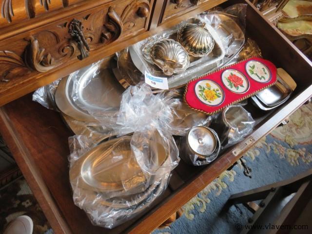 Lot inox schalen en divers in de schuif (grote commode)