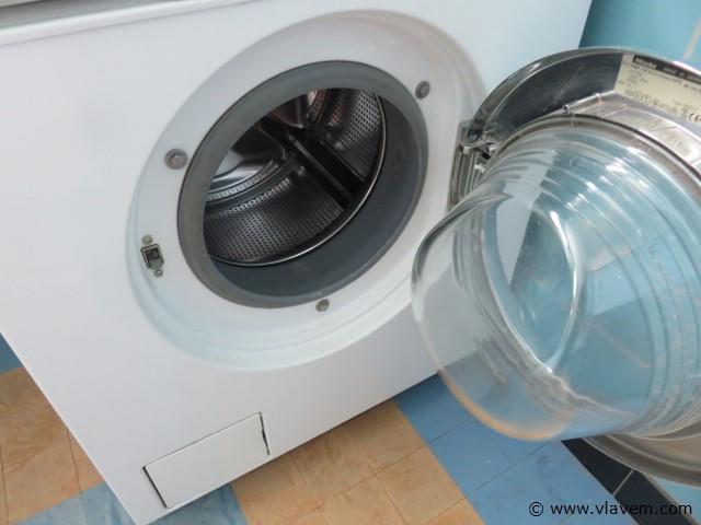 Wasmachine Miele met wasproducten (boven)