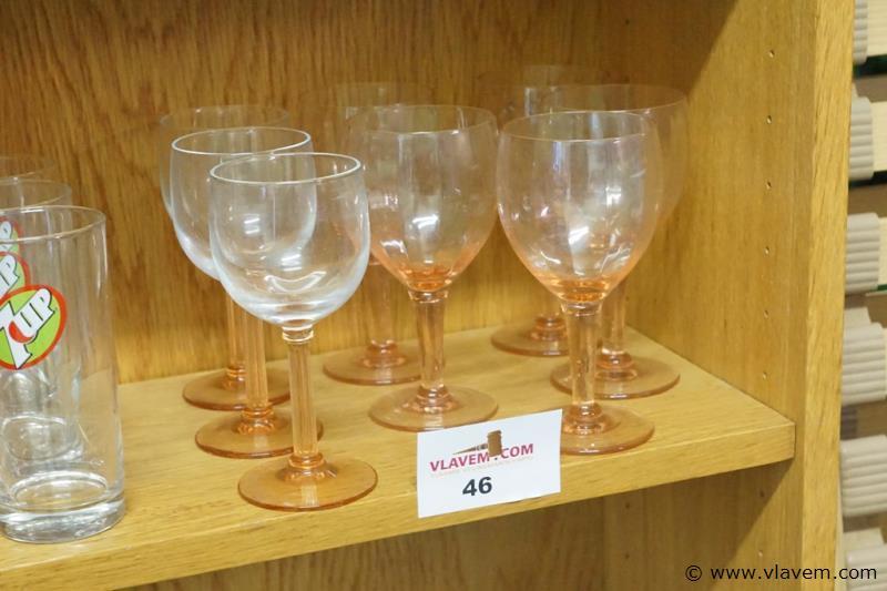 Wijnglazen in gekleurd glas