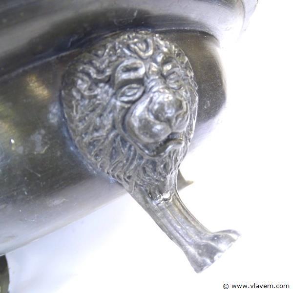 Antieke tinnen schaal met leeuwenmaskers