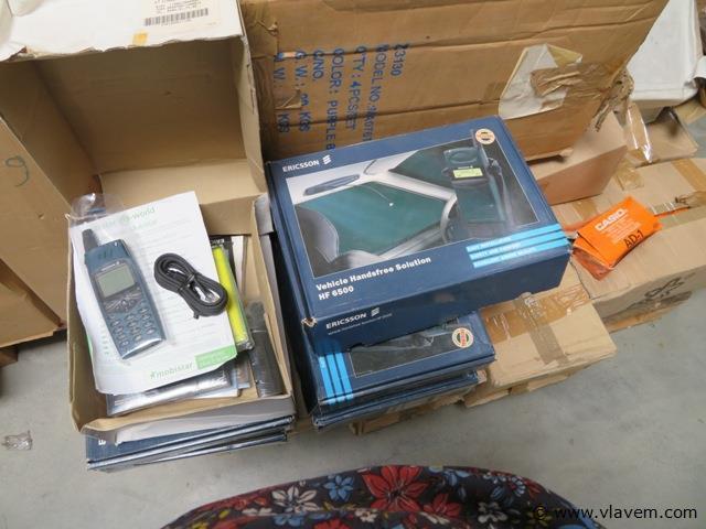 lot van divers telefoonen en draden