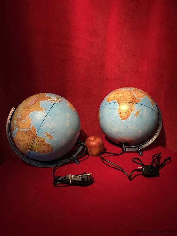 2 wereldbollen met lichtschakelaar
