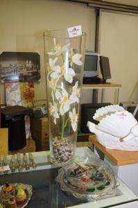 Vaas in glas met kunstbloemen
