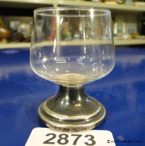 Oud glas op verzilverde voet