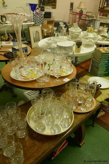 Opdienschalen met bierglazen