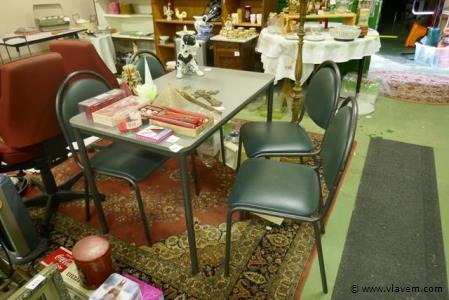 Keukentafel met 4 stoelen in zeer goede staat