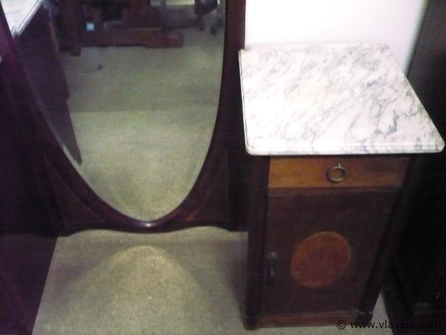 spiegel met nachtkastje