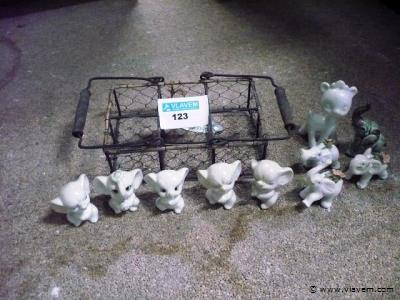 mandje gevuld met dieren figuren