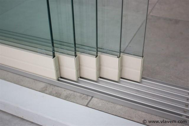 Glazen schuifdeursysteem 5 deurs, veiligheidsglas 10 mm, 4900mm breed, 2150mm hoog, crémewit RAL9001