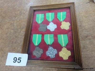 Kastje met medailles