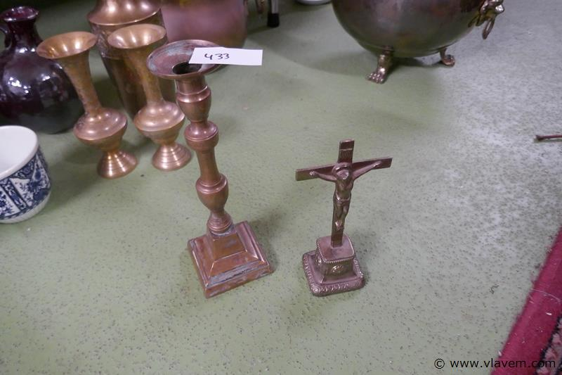 Koperen kandelaar met kruisbeeld