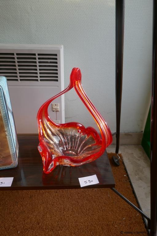 Schaal in rood oud glas