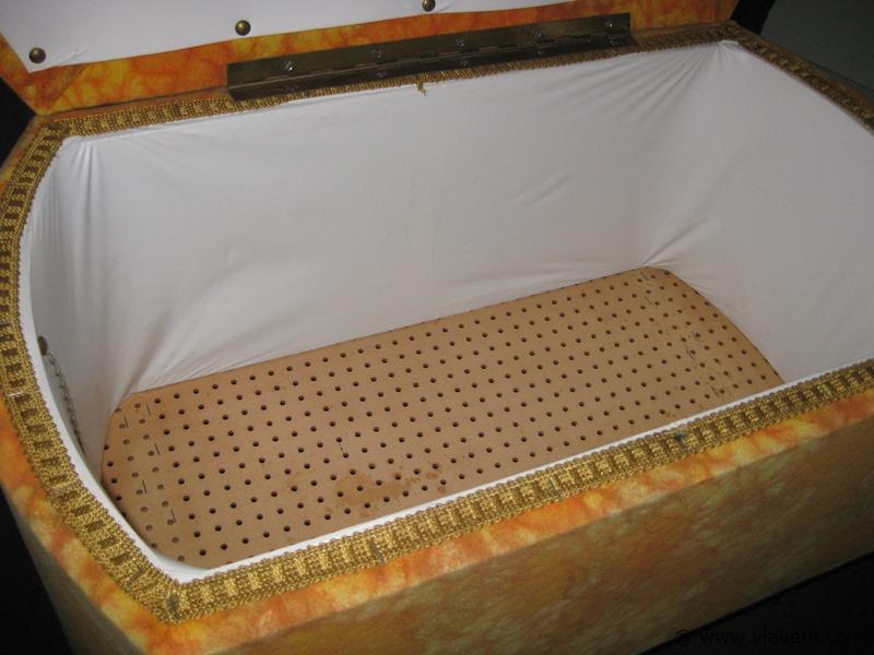 Vintage koffertje op pootjes
