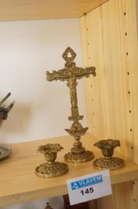 Kruisbeeld en kandelaars in koper