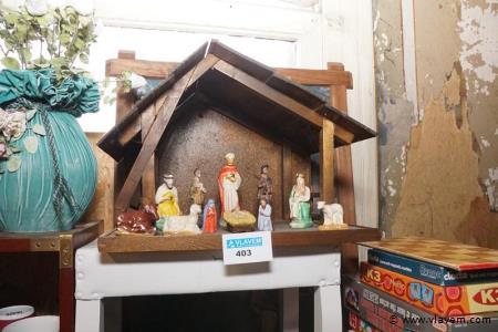 Kerststal met oude beeldjes