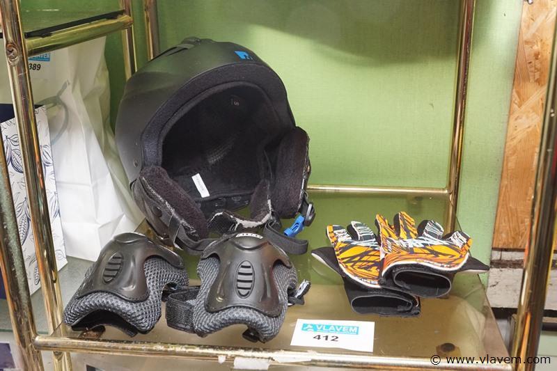 Skatehelm met handschoenenen elleboogbescherming