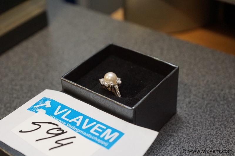 Wit gouden ring met parel en 16 diamantjes in 18 karaat