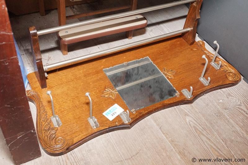 Oude kapstok met spiegel