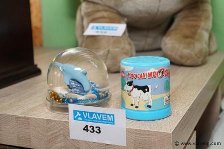 Sneeuwbol en doosje met koeiengeluid