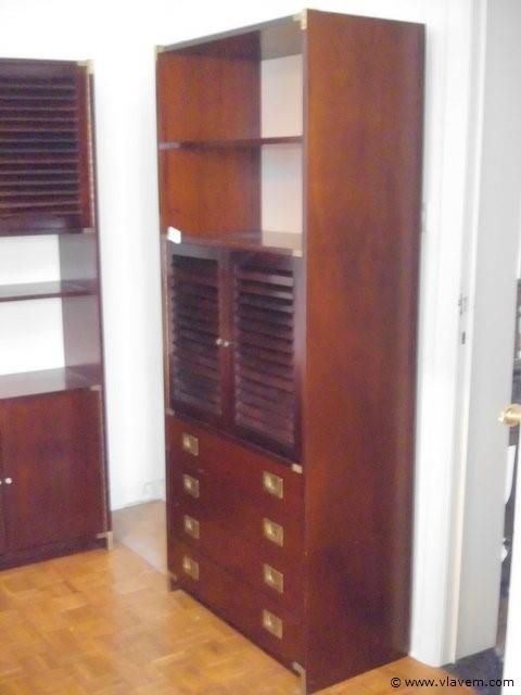 houten kast met deuren en lades