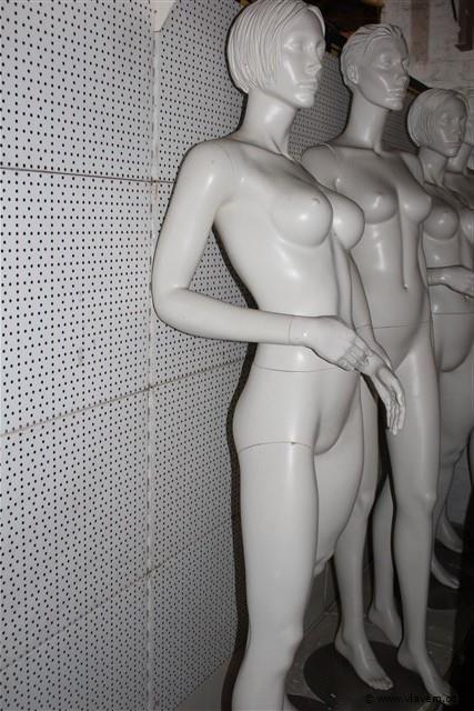 2 damesmannequins wit,