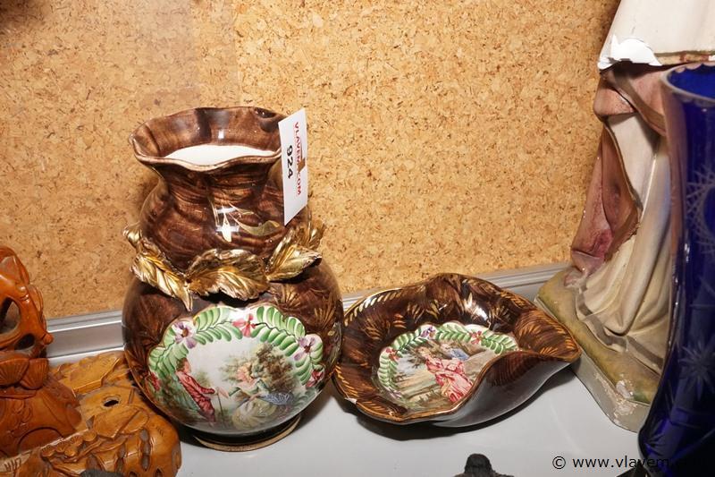 Oude vaas met schaal