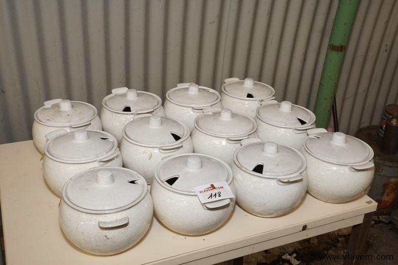 Partij oude kleine soepterrines in porceleine met deksel