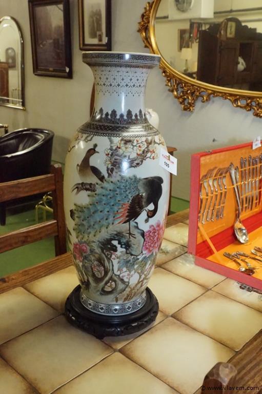 Chinese vaas op voet